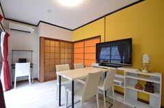 リビングの様子3。オレンジ色のガラス扉の先がバスルームです。(2014-07-07,共用部,LIVINGROOM,1F)
