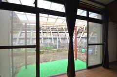掃き出し窓から庭に出られます。物干しも可能。(103号室)(2014-07-07,専有部,ROOM,1F)