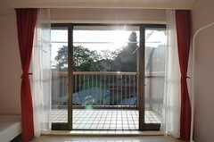 掃き出し窓からベランダに出られます。(203号室)(2015-10-21,専有部,ROOM,2F)