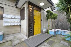 玄関周辺の様子。ポストは専有部ごとに設置されています。(2016-03-16,周辺環境,ENTRANCE,1F)