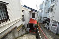 シェアハウスの外観。通りからすこし階段を下った場所に建っています。(2020-07-21,共用部,OUTLOOK,1F)