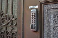 玄関の鍵はナンバー式。(2020-07-21,周辺環境,ENTRANCE,1F)