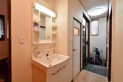 廊下に設置された洗面台。隣のドアはトイレです。(2020-07-21,共用部,WASHSTAND,1F)