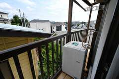 ベランダの様子。203号室と共用の洗濯機が設置されています。(202号室)(2020-07-21,専有部,ROOM,2F)