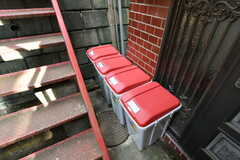 玄関前には部屋ごとのゴミ箱が設置されています。(2020-07-21,共用部,OTHER,1F)