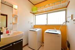 脱衣室の様子。洗濯機と洗面台が設置されています。(2017-05-08,共用部,BATH,1F)