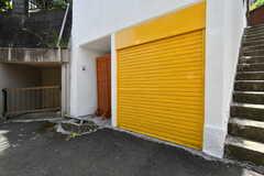 ガレージはとても目立つ黄色です。(2017-05-08,共用部,GARAGE,1F)