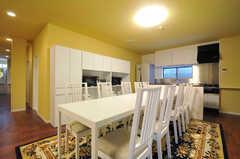 リビングの横にキッチンがあります。(2012-09-14,共用部,LIVINGROOM,1F)