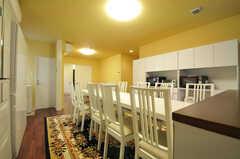 ダイニングテーブルは10人同時に座れる大きなタイプ。(2012-09-14,共用部,LIVINGROOM,1F)