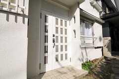 シェアハウスの玄関ドアの様子。(2010-11-02,周辺環境,ENTRANCE,1F)