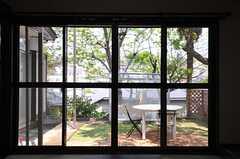 窓から見た中庭の様子。(103号室)(2014-04-24,専有部,ROOM,1F)