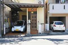 正面玄関の様子。駐車場にはオーナーさんの乗用車が停められています。(2013-09-13,周辺環境,ENTRANCE,1F)