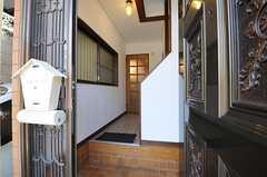 玄関から見た内部の様子。突き当りのドアの先にリビングがあります。(2013-09-13,周辺環境,ENTRANCE,1F)