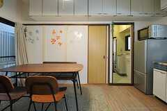 冷蔵庫脇のドアの先は水まわりです。(2013-11-20,共用部,LIVINGROOM,1F)