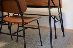 アイアン脚のテーブル&チェア。テレビの対面の椅子はベンチになっています。(2013-11-20,共用部,LIVINGROOM,1F)