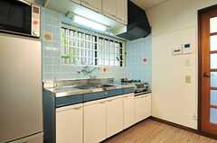 キッチンの様子2。水色のタイルが可愛らしいです。(2013-09-18,共用部,KITCHEN,1F)