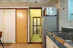 キッチン脇には水まわり設備があります。(2013-09-18,共用部,KITCHEN,1F)