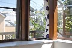 部屋の窓は角窓です。(203号室)(2013-09-18,専有部,ROOM,2F)