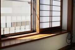 窓際のスペースは事業者さんイチオシののんびりスポットなのだそう。(201号室)(2013-09-18,専有部,ROOM,2F)