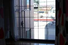 窓から見た外の景色。建物の目の前には線路が敷かれています。(202号室)(2013-10-20,専有部,ROOM,2F)