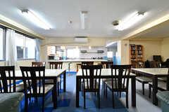 ラウンジとキッチンの間にはカウンターがあります。(2016-10-20,共用部,LIVINGROOM,1F)