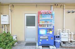 キッチンの勝手口脇には自動販売機も設置されています。(2011-08-12,共用部,OTHER,1F)