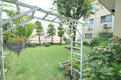 緑豊かな庭もありますが、コチラはプライベートスペースなので立ち入り禁止です。見て楽しみましょう。(2011-08-12,共用部,OTHER,1F)