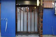 シェアハウスの正面玄関。くもりガラスの引き戸です。(2011-11-21,周辺環境,ENTRANCE,1F)
