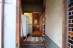 玄関から見た内部の様子。ガラスの引き戸の奥がリビング、さらに奥のドアの先が102号室と103号室です。(2011-11-21,周辺環境,ENTRANCE,1F)