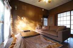 リビングの様子。右手に見える格子の引き戸は101号室です。(2011-11-21,共用部,LIVINGROOM,1F)