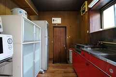 キッチンの様子。正面に勝手口があります。(2011-11-21,共用部,KITCHEN,1F)