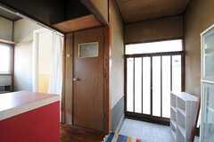 玄関脇ドアはトイレ、その隣がバスルームです。(2011-11-21,共用部,OTHER,1F)