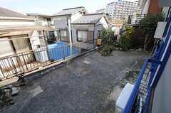 窓の外には庭があります。(101号室)(2011-11-21,専有部,ROOM,1F)