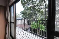 ソファ脇の窓からベランダに出られます。(2013-08-27,共用部,LIVINGROOM,2F)