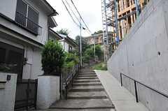 シェアハウスは階段を上った先にあります。(2013-08-27,共用部,ENVIRONMENT,1F)