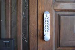 玄関の鍵はナンバー式。(2017-01-10,周辺環境,ENTRANCE,1F)
