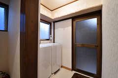 脱衣室の様子。洗濯機が2台設置されています。(2017-01-10,共用部,BATH,1F)