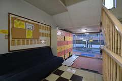 内部から見た玄関周辺の様子。玄関脇にはソファが置かれています。(2015-01-22,周辺環境,ENTRANCE,1F)