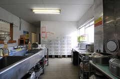 正面には部屋ごとに分けられた食材などを置けるスペースがあります。(2014-04-01,共用部,KITCHEN,1F)