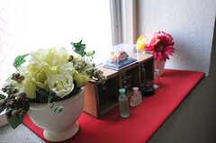 踊り場の窓には、小物が飾られています。(2014-04-01,共用部,OTHER,2F)