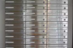玄関の内側にポストが設置されているため、郵便屋さんや宅配業者さんはエントランス部分まで立ち入り可能です。(2016-09-26,周辺環境,ENTRANCE,1F)