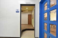 リビングの隣にシャワールームへの入り口があります。(2016-09-26,共用部,OTHER,)