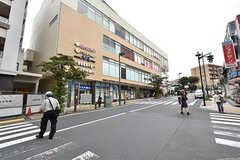 東急田園都市線・市が尾駅の様子。駅ビルには飲食店やクリーニング店なども入っています。(2016-09-26,共用部,ENVIRONMENT,1F)
