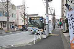 建物の目の前に青葉台駅行きのバスが停まります。(2015-03-05,共用部,ENVIRONMENT,1F)