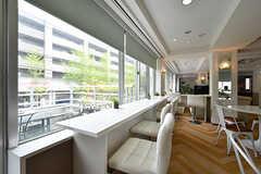 窓際はカウンター席です。(2017-04-27,共用部,LIVINGROOM,2F)