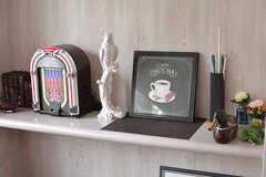 棚には小物が飾られています。(2017-04-27,共用部,LIVINGROOM,2F)