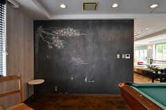 壁は黒板になっていて、入居者さんが絵を描いたりして楽しんでいる様子。(2017-04-27,共用部,LIVINGROOM,2F)