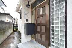 玄関の様子。ドアの脇に宅配BOXが設置されています。(2017-03-21,周辺環境,ENTRANCE,1F)
