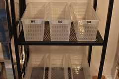 収納棚の下には専有部ごとにストッカーが用意されています。(2017-03-21,共用部,KITCHEN,1F)
