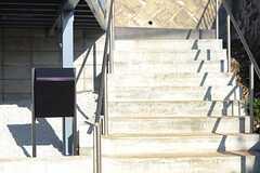 階段脇にはポストが設置されています。(2013-11-06,共用部,OTHER,1F)